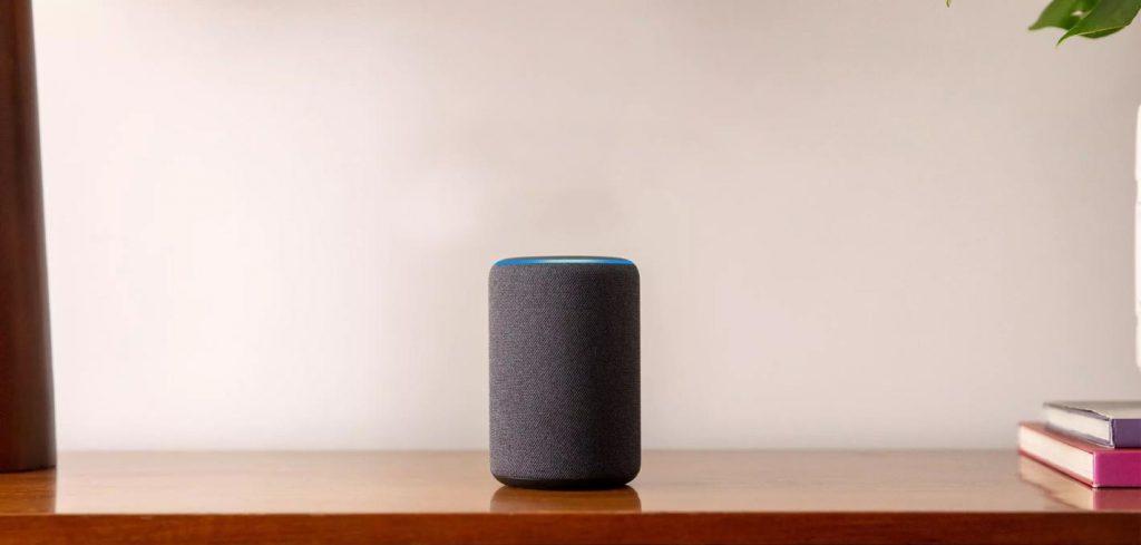 Imagem com um dispositivo da Alexa